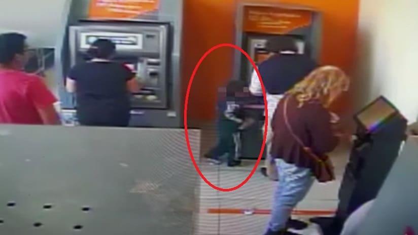 Niño trata de robar dinero en cajero