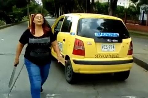 Mujer agrede con machete a motociclista