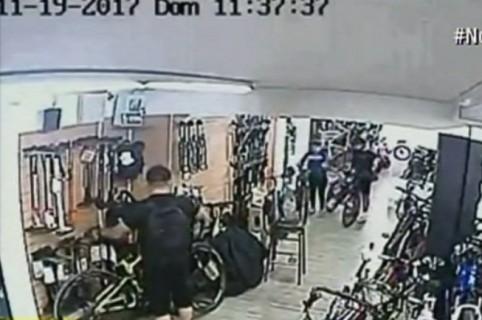 Ladrón robando bicicleta en tienda de Bogotá. Pulzo.