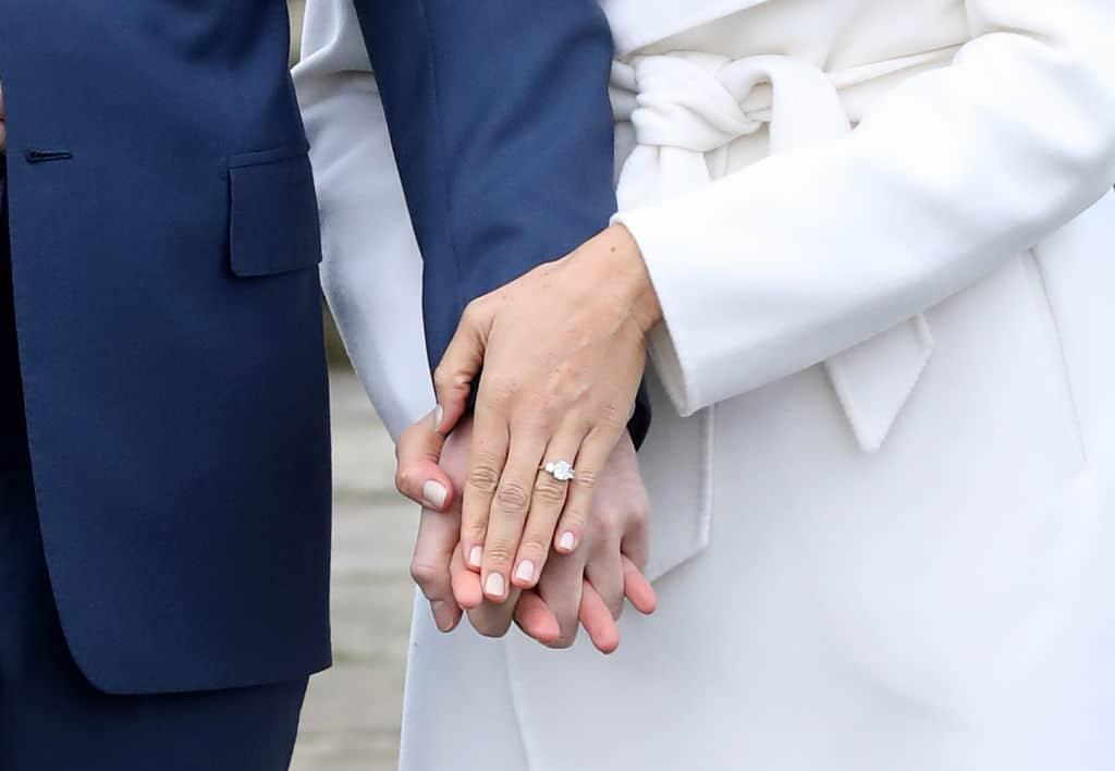 Manos del príncipe Harry y su prometida Meghan Markle