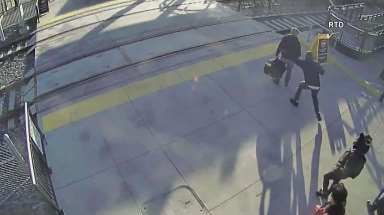 Hombre salva a ciego de ser atropellado por tren. Pulzo.