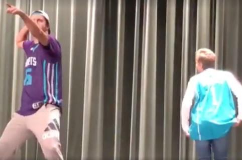Madre e hijo bailando juntos en un colegio. Pulzo.