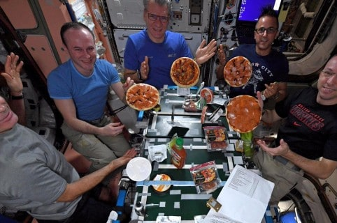 Astronautas preparan pizza