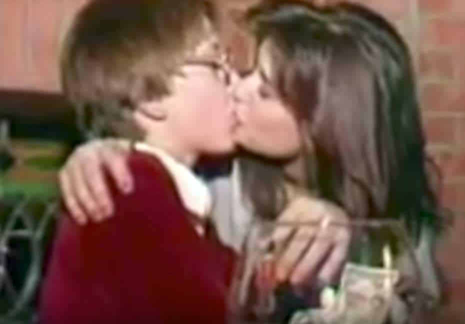 La actriz Demi Moore besa a un niño.