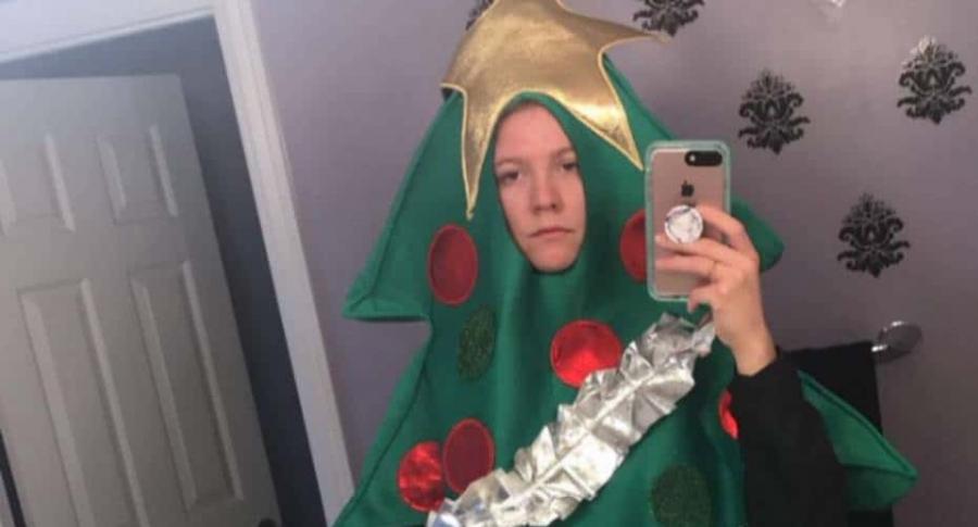 Joven disfrazada de árbol de navidad.