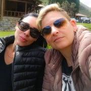 La locutora Camila Chaín con su novia Kelly Barrios.
