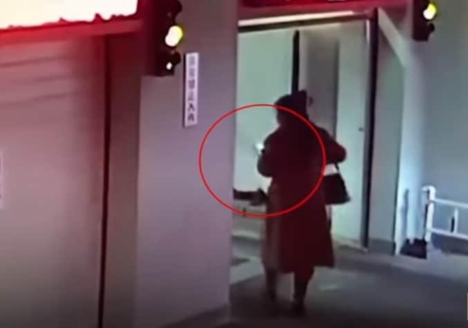 Mujer distraída con el celular