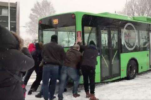 Personas empujan bus atascado en Países Bajos. Pulzo.