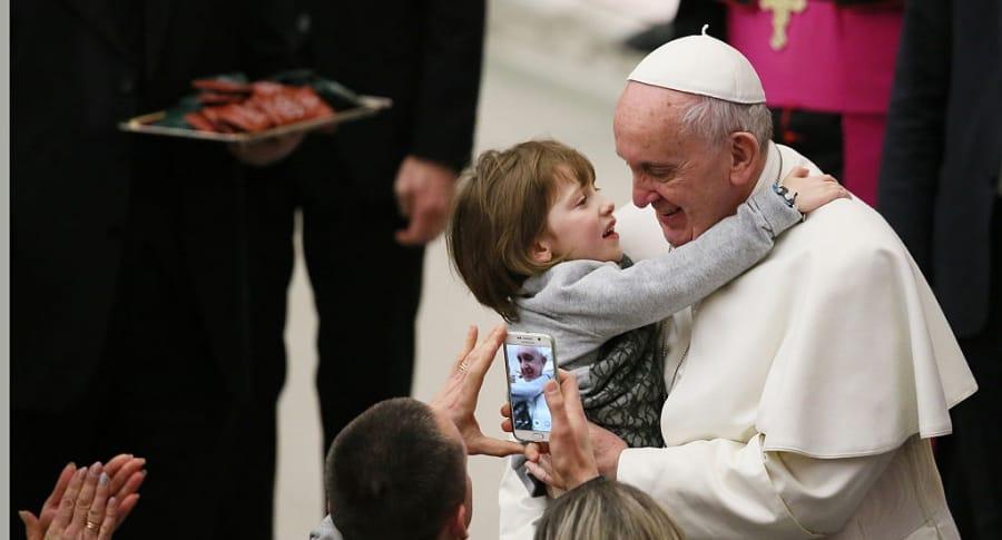 Papa Francisco con un niño