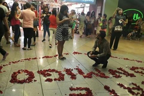Propuesta de matrimonio en centro comercial