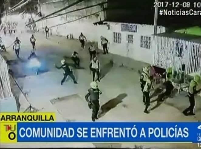 Pelea entre policías y ciudadanos en Barranquilla. Pulzo.