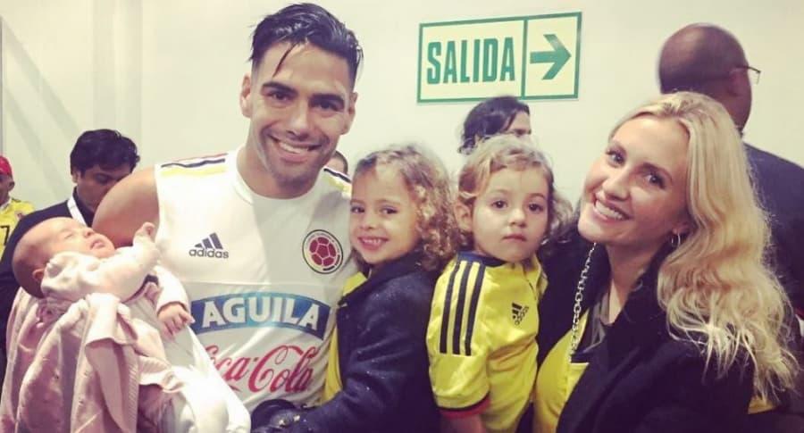 Falcao García, futbolista, junto a su esposa, la cantante Lorelei Tarón, y sus hijas Dominique, Desirée y Annette.