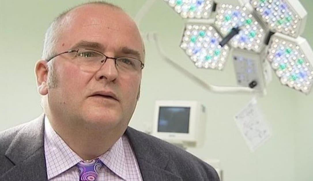 Cirujano Simon Bramhall  marcó sus iniciales en hígados de pacientes