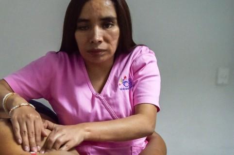Mujer examinando un seno