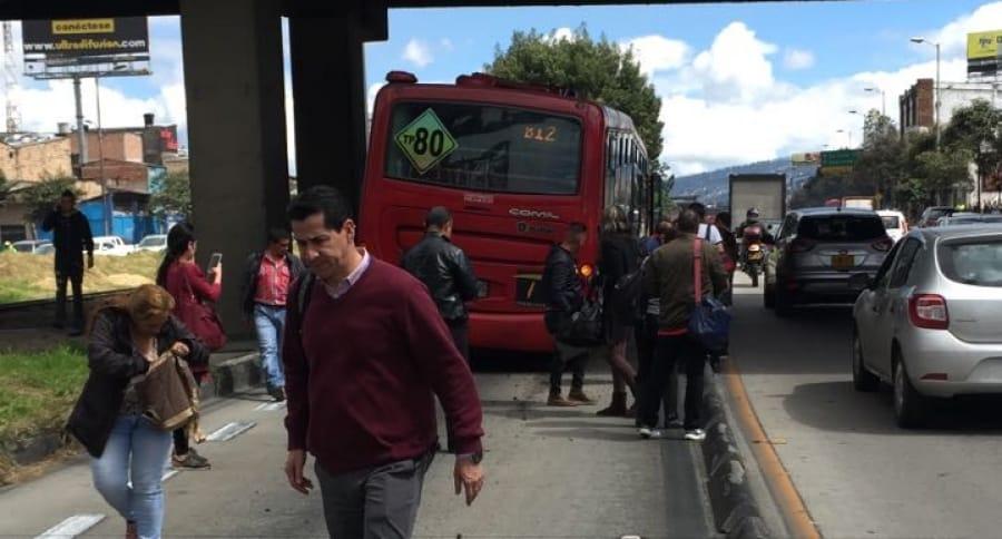 Bus de Transmilenio se le estalló la llanta