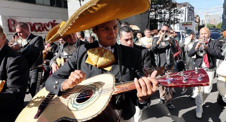 A ritmo de trompetas y guitarrón, mariachis celebran sus 50 años en Colombia