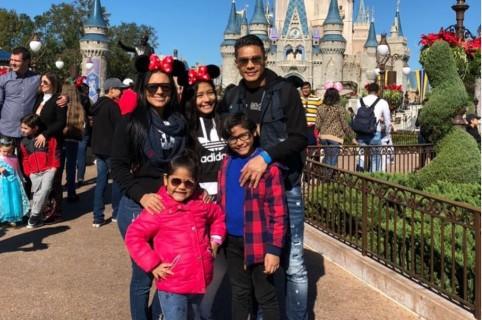 El futbolista Teófilo Gutiérrez con su familia en Disney.