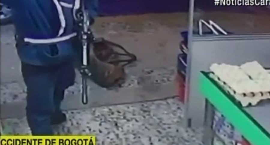 Hombre roba supermercado en Bogotá con un fusil. Pulzo.