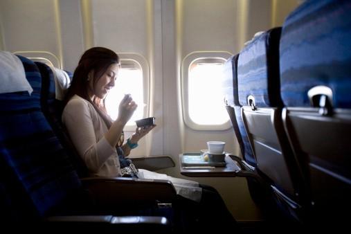 Mujer en avión