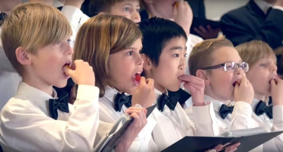 Niños del coro danés 'Herning Boys Choir' comiéndose un pimiento fantasma. Pulzo.