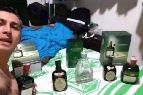 Alcalde se graba con botellas de licor