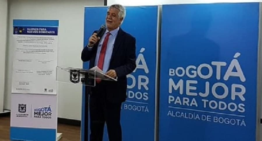 Alcalde Enrique Peñalosa al lado de logo de Bogotá