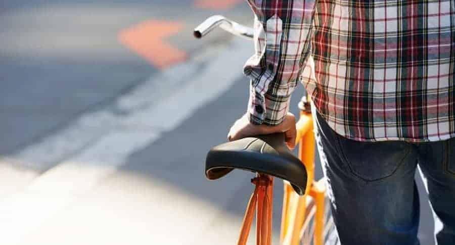 Ciclista y su bicicleta. Pulzo.
