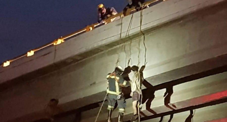 Bomberos rescatan un cuerpo en un puente