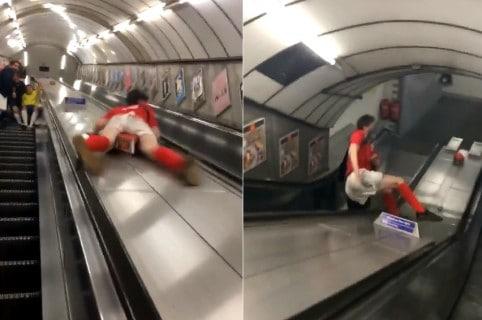 Joven se bota como en rodadero por separador de escaleras
