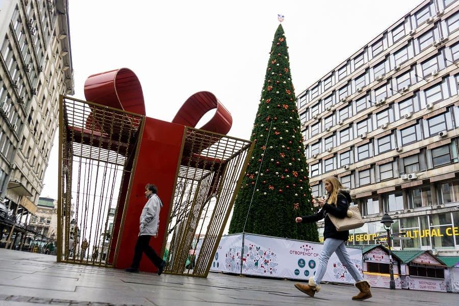 Costoso árbol de Navidad en Belgrado