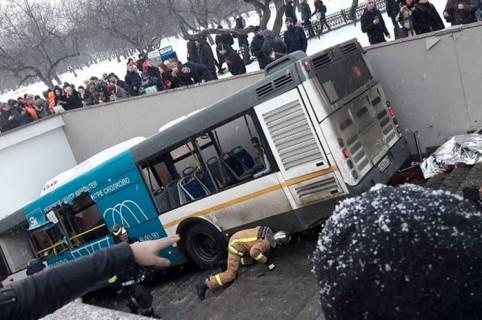 Bus que atropelló a transeúntes en Moscú