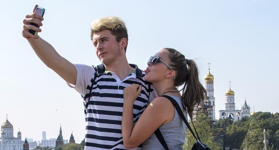 Pareja tomándose selfi