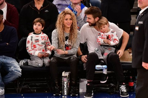 Shakira, cantante, con su pareja, el futbolista Gerard Piqué, y sus hijos Milan y Sasha.
