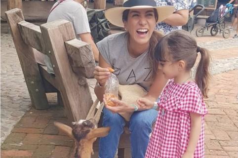 Andrea Serna, presentadora, y su hija, Emilia Barraza.