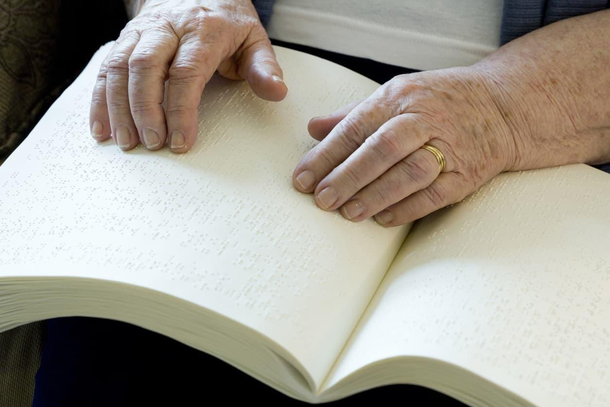 Mujer leyendo en braile