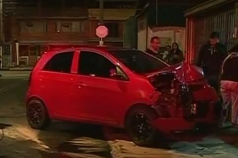 Mujer chocó su carro contra una casa en Bogotá. Pulzo.