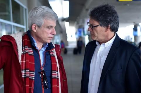 El jefe negociador del Gobierno, Gustavo Bell (der.) habla con Alberto Fergusson, miembro del equipo.