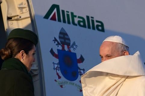 Papa Francisco entra a avión de Alitalia