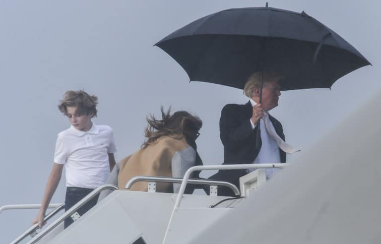 Trump con paraguas