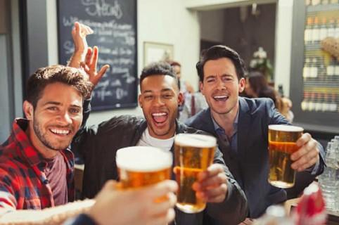 Hombres bebiendo cerveza