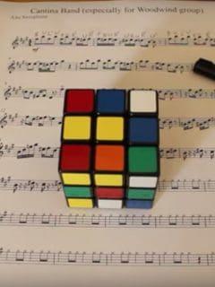 Joven hace 'cover' de canción de 'Star Wars' con un cubo de Rubik. Pulzo.