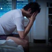 Hombre no puede dormir.
