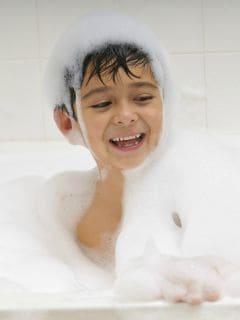 Niños bañándose con burbujas. Pulzo.