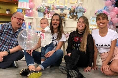 'Jota' Mario Valencia, Laura Acuña (con su hija Helena) y Adriana Betancur, presentadores de 'Muy buenos días'.