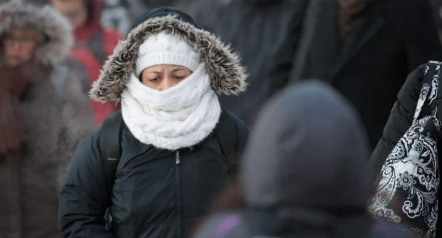 Personas se protejen del frío