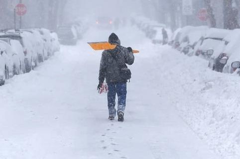 Hombre camina en la nieve. Pulzo.