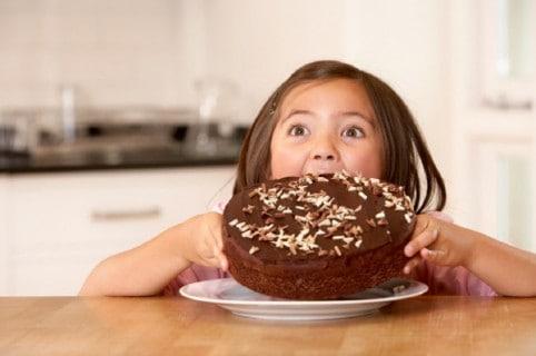 Niña comiendo pastel