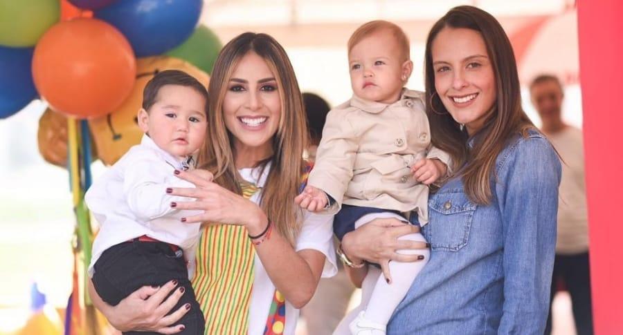 Carolina Soto y Laura Acuña, presentadoras, con sus hijos, Valentino y Helena, respectivamente.