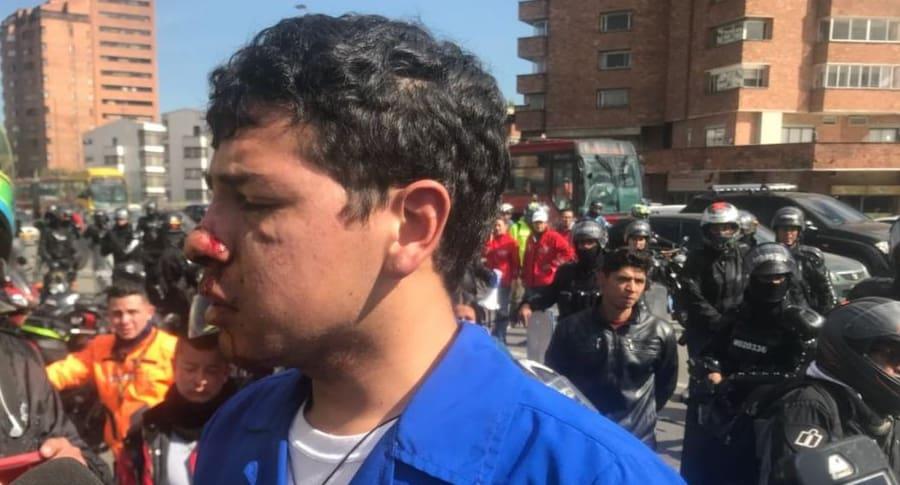 Auxiliar de enfermería golpeado en protestas