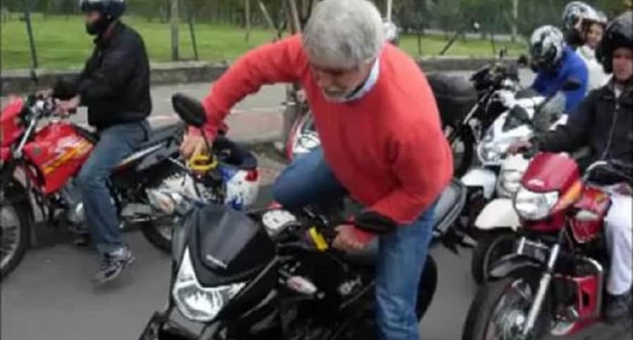 Peñalosa manejó moto